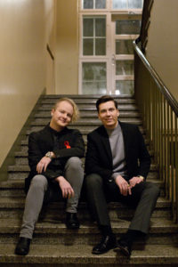 Kuvassa kaksi henkilöä, Panda Eriksson ja Kasper Kivistö Trasekin hallituksesta, istuvat vierekkäin portailla ja katsovat kameraan.